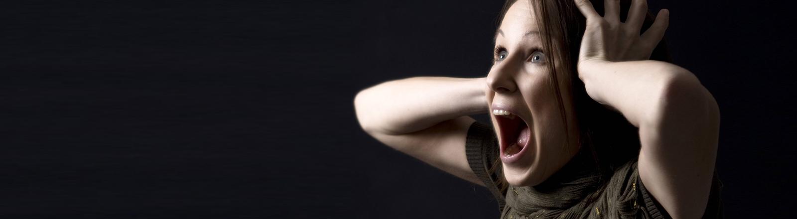 Eine Frau schreit.