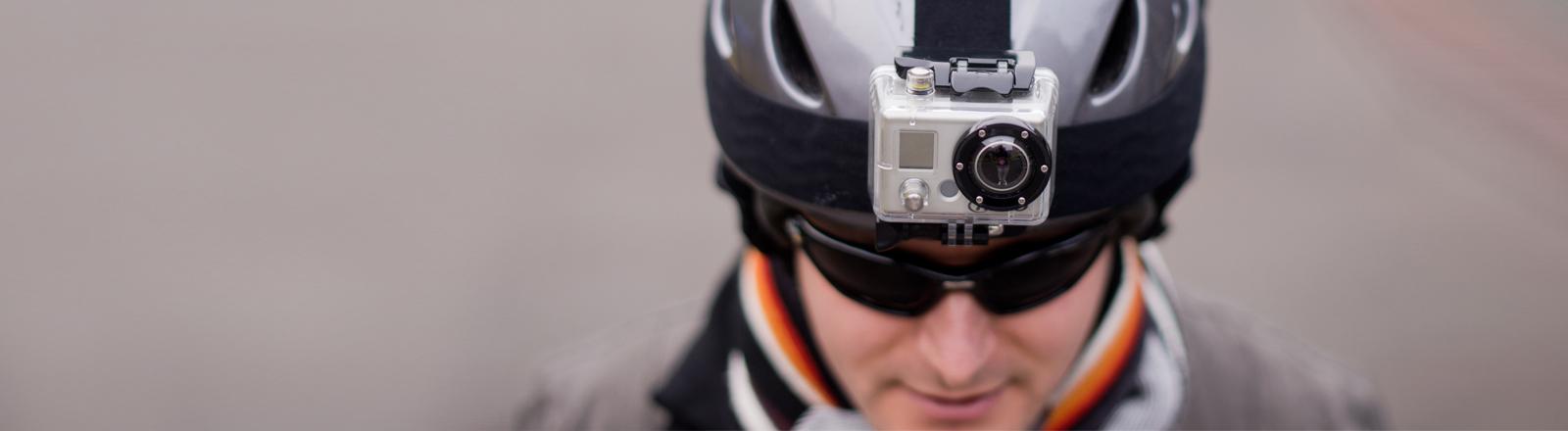 Eine Kamera auf einem Fahrradhelm.
