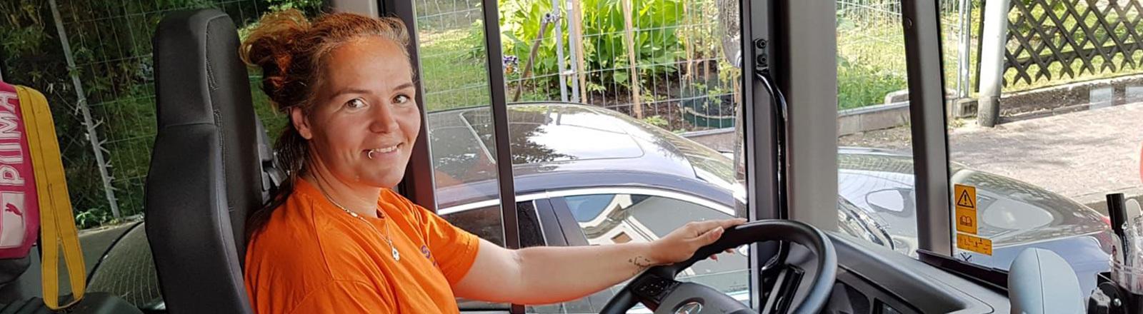 Stephanie Khiari von der Frankfurter Stadtreinigung sitzt auf dem Fahrersitz des Müllwagens.