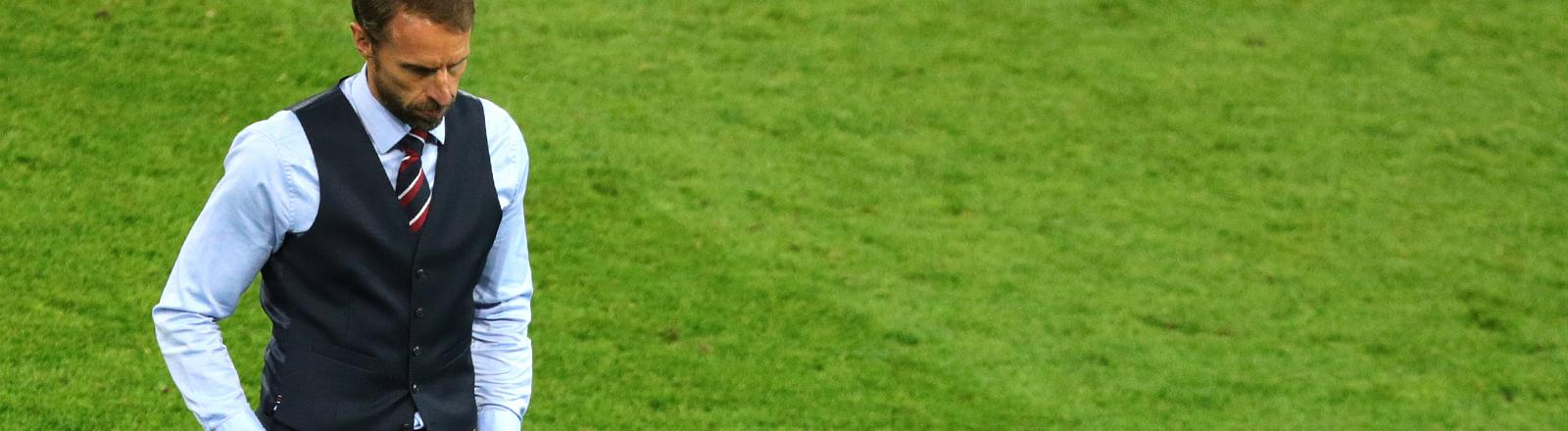 Gareth Southgate läuft über ein Fußballfeld.