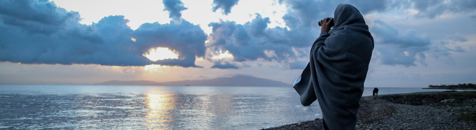 Ein Seenotretter hält Ausschau.