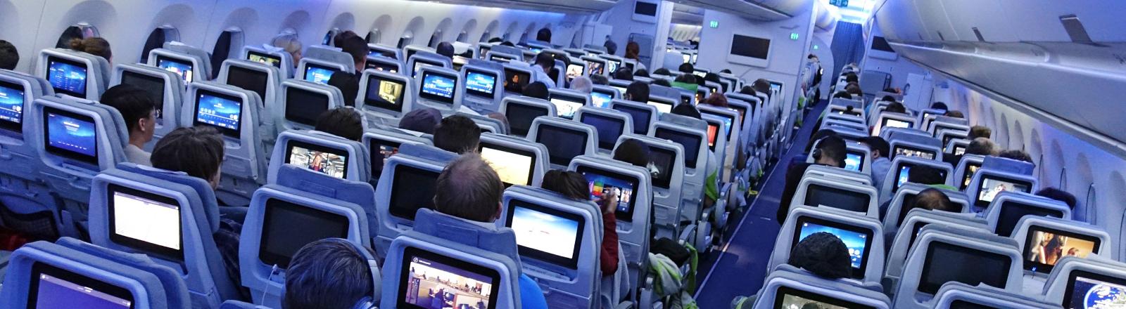 Im Inneren eines Flugzeugs.