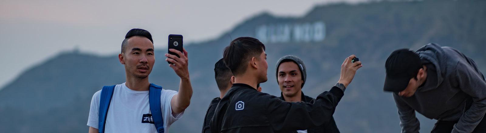Touristen fotografieren sich vor dem Hollywood Zeichen