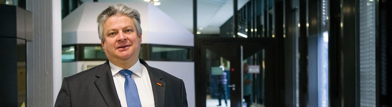 Thomas Seitz (AfD), Bundestagsabgeordneter, geht zu Beginn eines Disziplinarverfahrens vor dem Oberlandesgericht Stuttgart durch das Gerichtsgebäude.