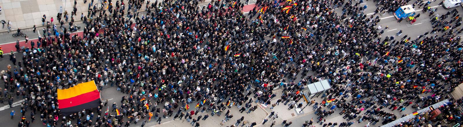 Proteste in Chemnitz am 01.09.2018. Teilnehmer der Demonstration von AfD und dem ausländerfeindlichen Bündnis Pegida, der sich auch die Teilnehmer der Kundgebung der rechtspopulistischen Bürgerbewegung Pro Chemnitz angeschlossen haben, ziehen durch die Stadt.