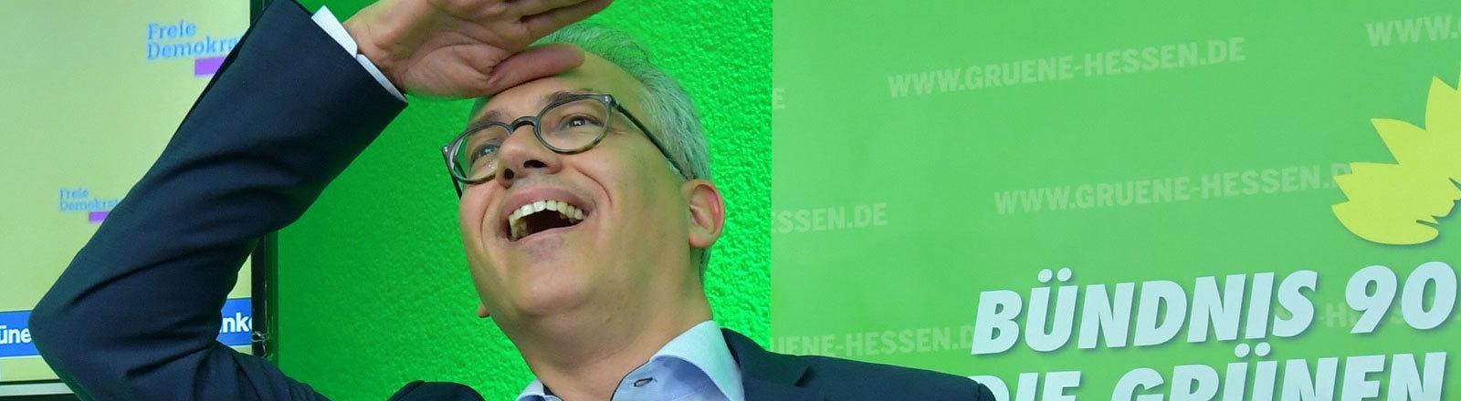 Tarek Al-Wazir (Bündnis90/Die Grünen), Spitzenkandidat und Minister für Wirtschaft, Energie, Verkehr und Landesentwicklung in Hessen, freut sich auf der Wahlparty nach Bekanntgabe der Hochrechnungen zur Landtagswahl.