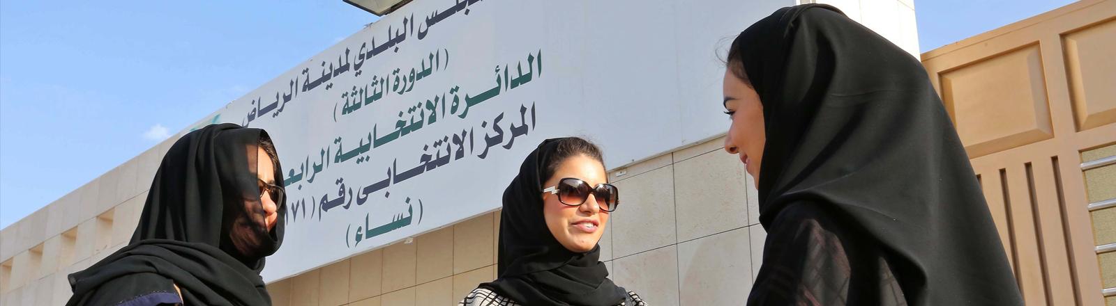 Saudische Frauen stehen am 12. Dezember 2015 vor einem Wahllokal, nachdem sie ihre Stimmen abgegeben haben