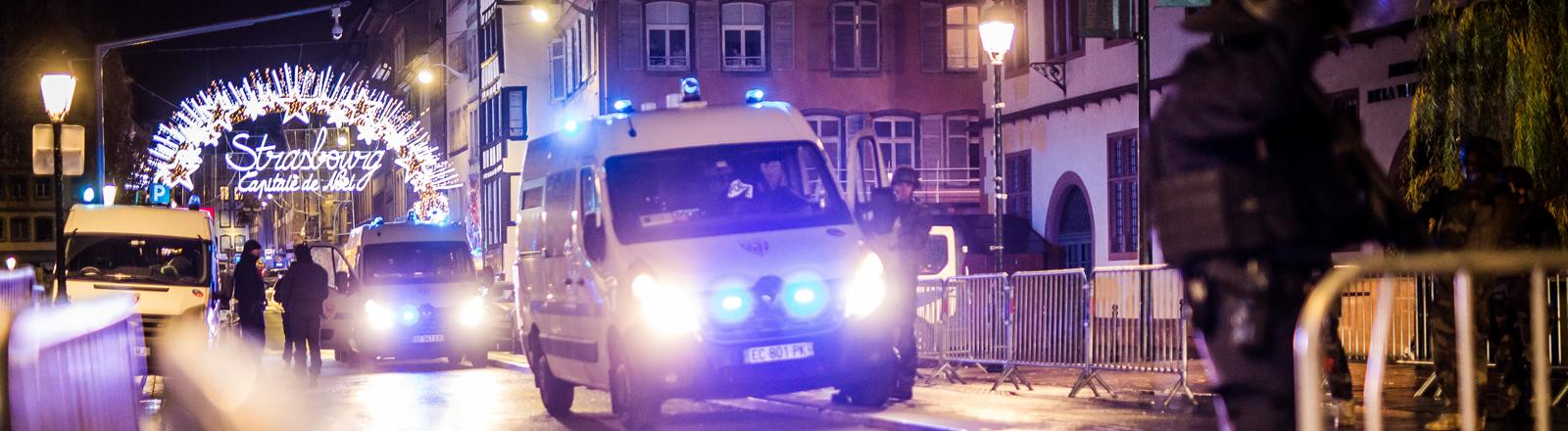 Polizeiautos mit Blaulicht vor dem Weihnachtsmarkt in Straßburg nach dem Anschlag vom 11.12.2018