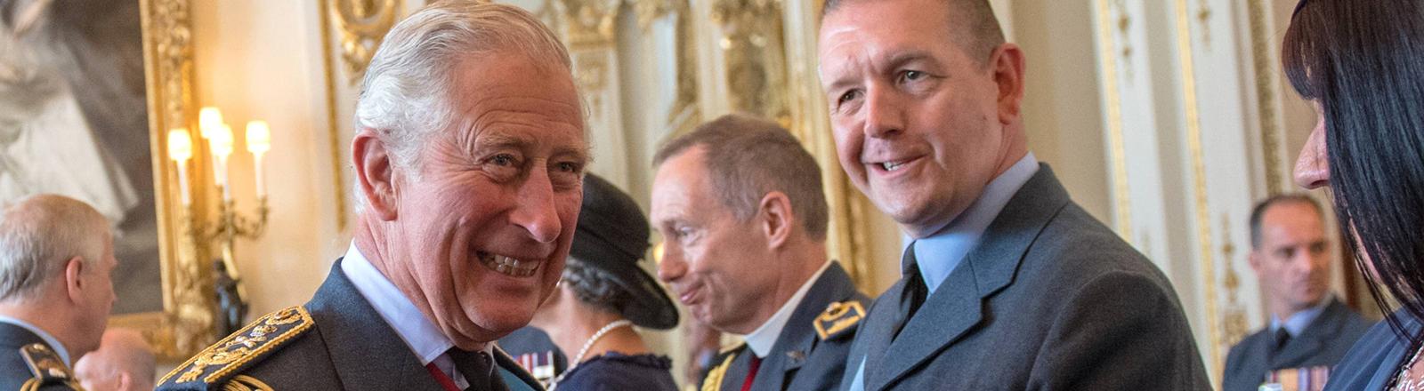 Nahaufnahme von Prince Charles in Uniform