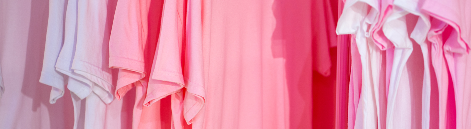 Eine Reihen pinker T-Shirts
