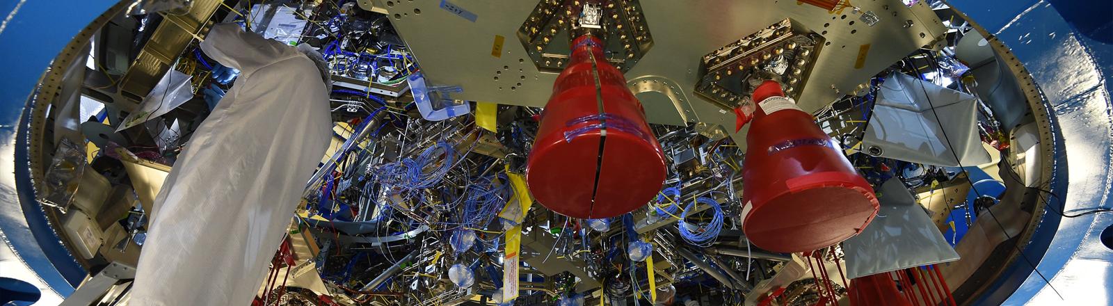 """Ingenieure arbeiten am 25.10.2017 in Bremen bei Airbus am Servicemodul für das US-Raumschiff """"Orion"""""""