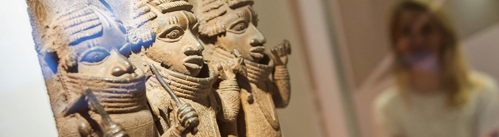 Raubkunst-Bronzen aus Benin werden im Hamburger Museum für Kunst und Gewerbe in einer Vitrine ausgestellt; Foto: dpa