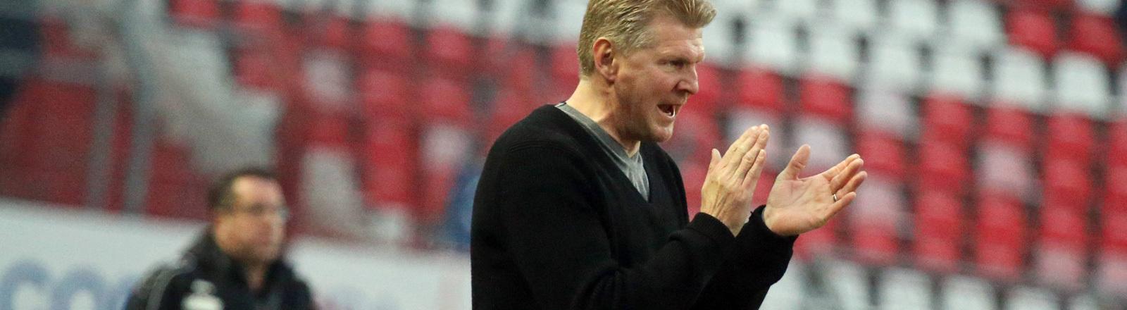 Stefan Effenberg steht im Stadion (01.03.2016) und klatscht aufmunternd seinem Team zu. Effenberg war Trainer des SC Paderborns.
