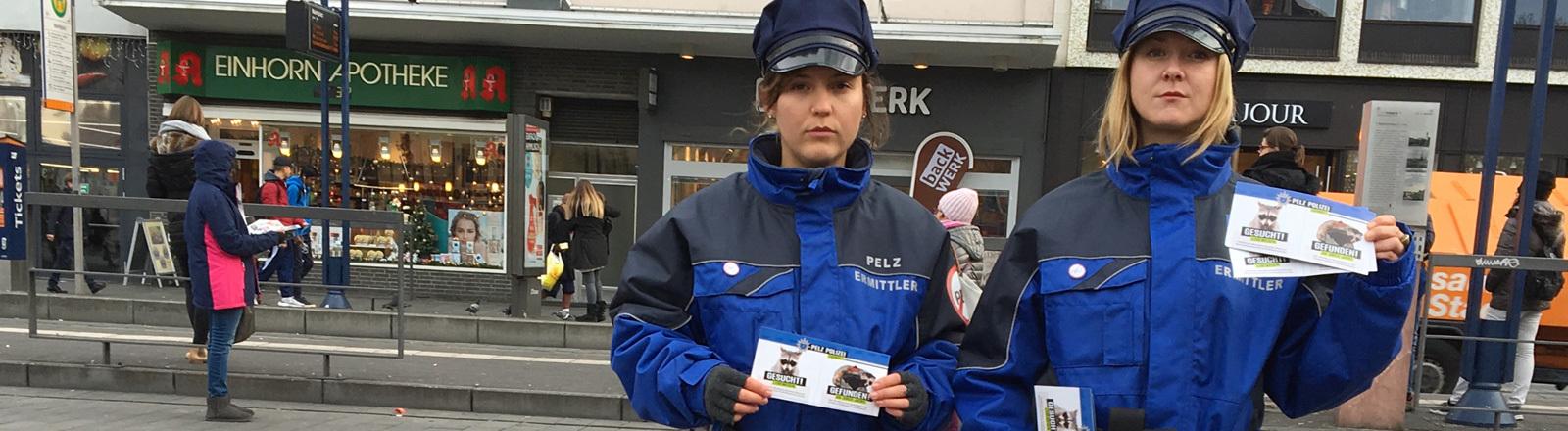 Pelzermittlerinnen Simone Sommerfeld (links) und Julia Weibel stehen in der Innenstadt von Mannheim. Sie tragen blaue Uniformen und Mützen.