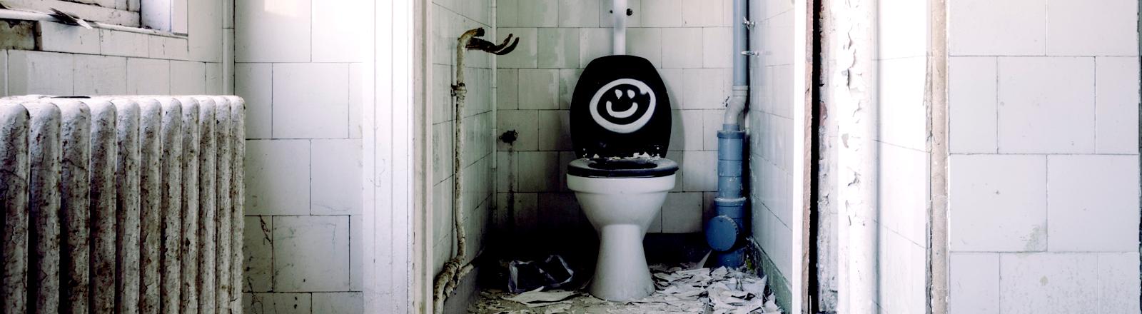 Eine Toilette in einem Abbruchhaus
