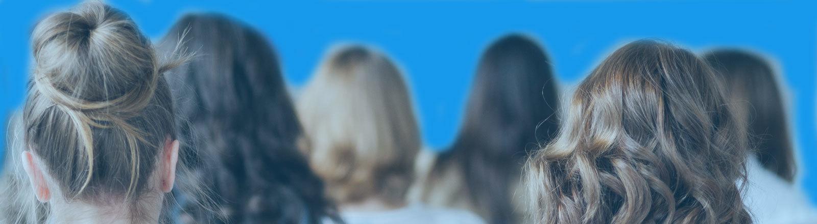 Frauen von hinten mit blauem Hintergrund (Twitter-blau)