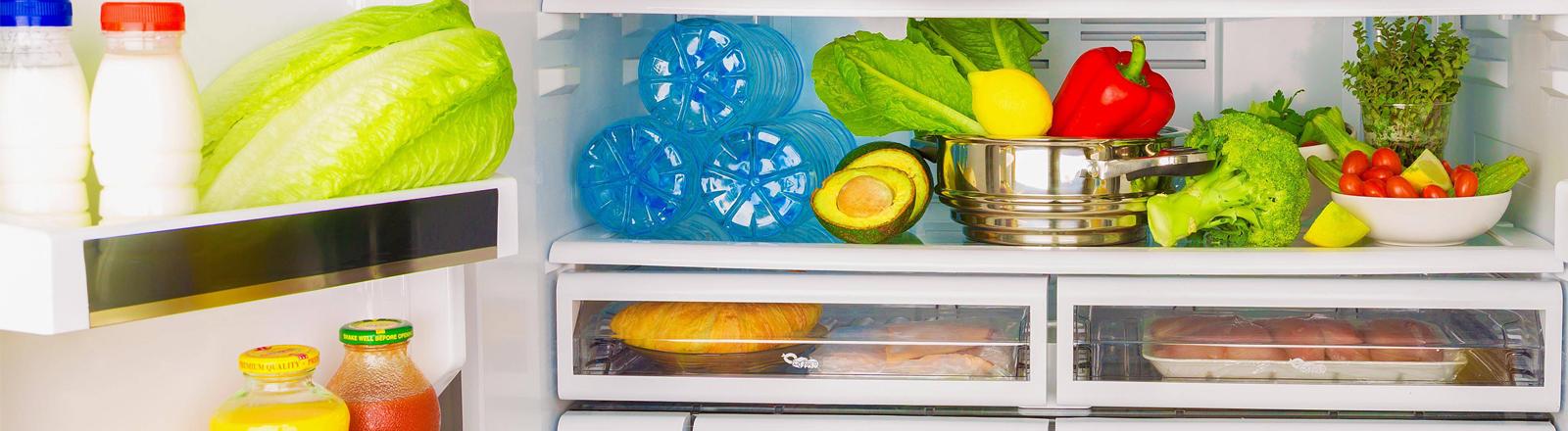 Ein geöffneter Kühlschrank mit Lebensmitteln