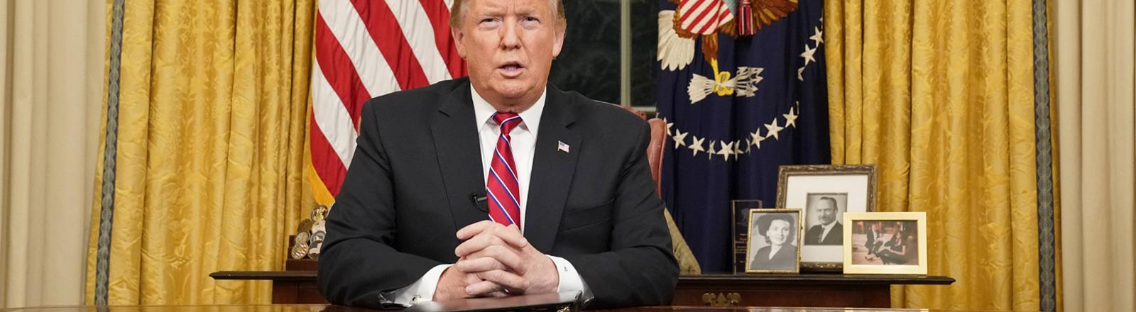 Donald Trump sitzt am Schreibtisch im Oval Office während seiner Rede zur Nation (08.01.2019)
