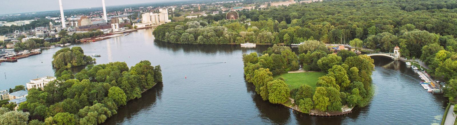 In Berlin Blick auf die Spree und den Treptower Park.