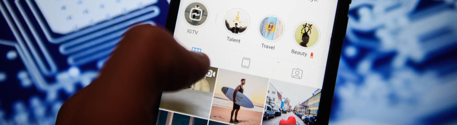 Ein Android-Smartphone vor einer Plantine. Auf dem Bildschirm ist die Instagram-App geöffnet.