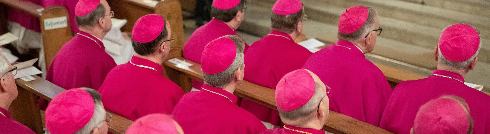 Im niedersächsischen Lingen treffen sich die deutschen Bischöfe zur Konferenz. Bischöfe sitzen in der Kirche beim Eröffnungsgottesdienst (11.03.2019); Foto: dpa