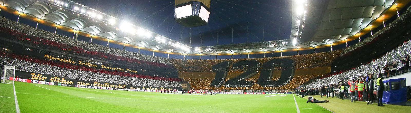 Im Stadion der Eintracht Frankfurt präsentieren die Fans eine Choreographie zum 120. Geburtstag des Vereins. Zum Beispiel ist in einer Kurve ist 120 zu lesen. Es ist das Achtelfinale gegen Inter Mailand (07.03.2019)