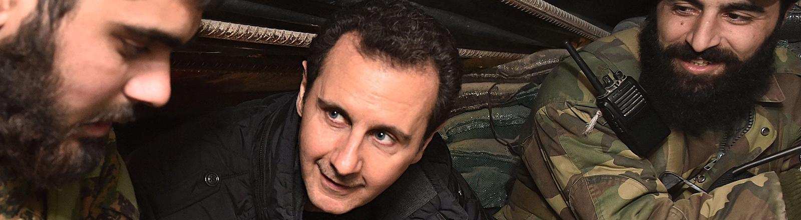 Das Bild der syrischen Nachrichtenagentur SANA zeigt Assad mit Soldaten in Damaskus.