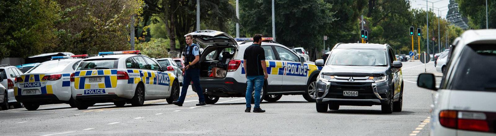 Polizei in der Stadt Christchurch in Neuseeland sperrt eine Straße. Nach Terror-Angriffen auf Moscheen gab es mehr als 40 Tote.
