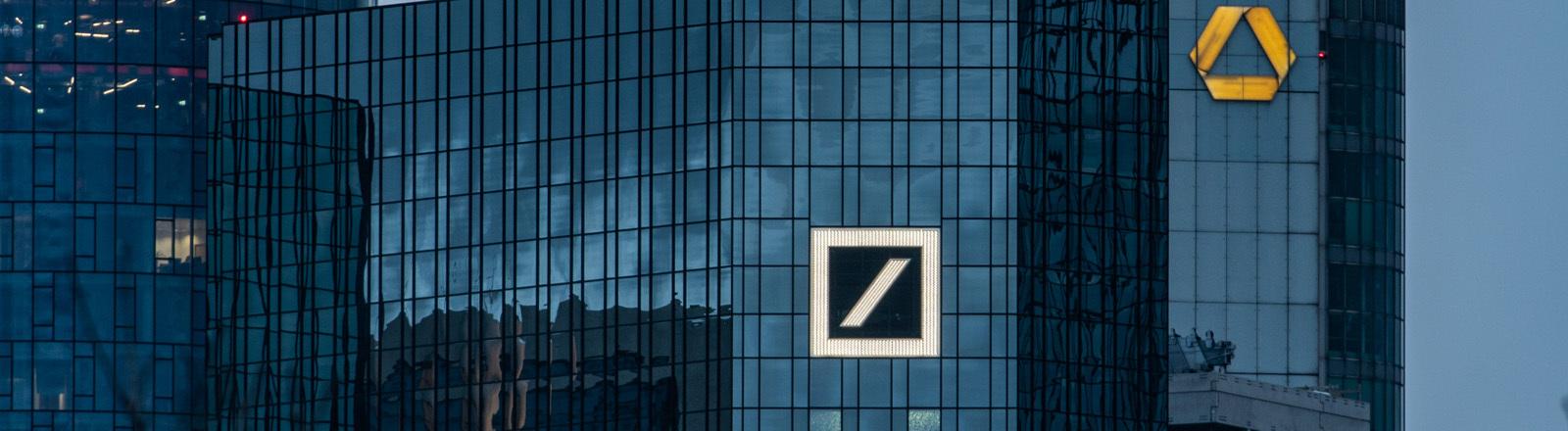 Hochhäuser mit Zeichen Deutsche Bank und Commerzbank