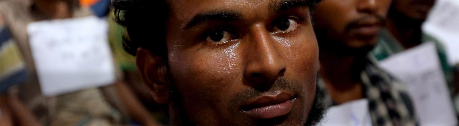 Ein Mitglied der Rohingya blickt in die Kamera.
