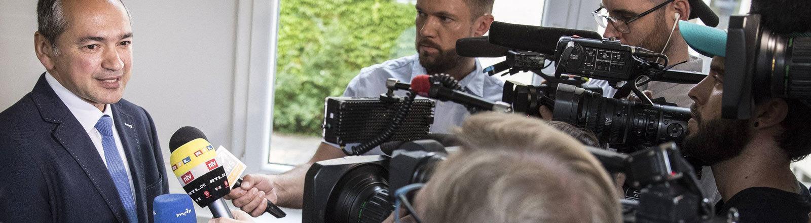 Octavian Ursu (CDU) spricht zu den Medien im Wahllokal bei der Oberbürgermeisterwahl in Görlitz, am 16.06.2019.