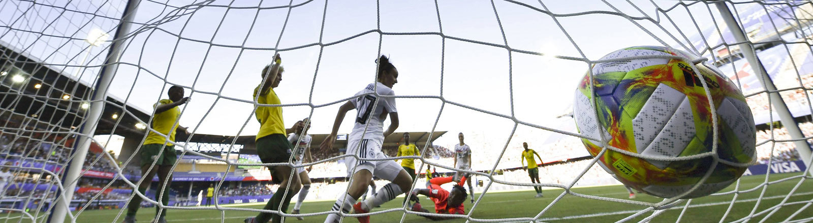 Deutschland spielt am 17. Juni 2019 bei der Fußball-WM der Frauen gegen Südafrika. Auf dem Bild landet der Ball im Tornetz.