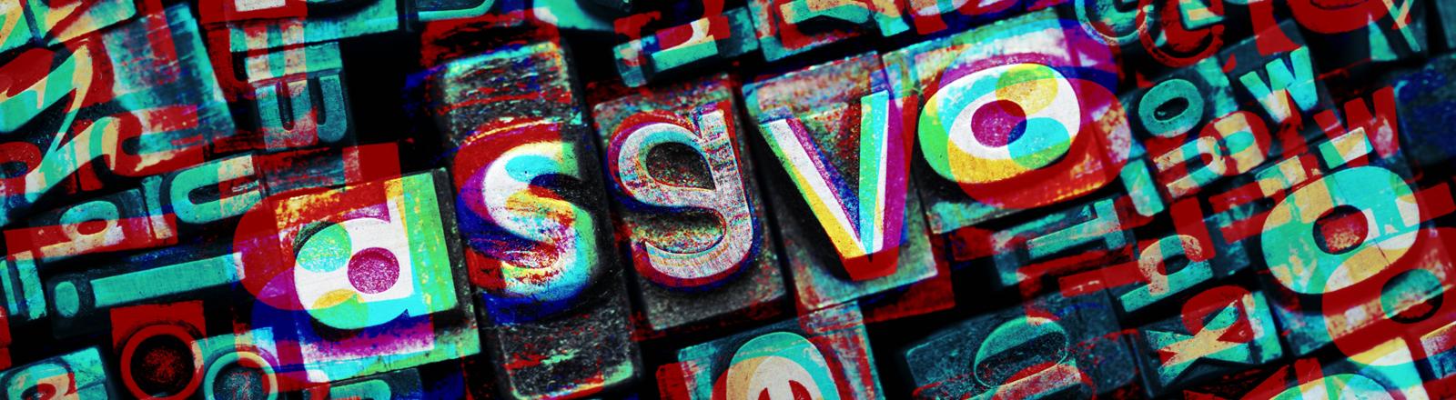 Viele Buchstaben liegen durcheinander. In der Mitte ist das Wort DSGVOzu lesen