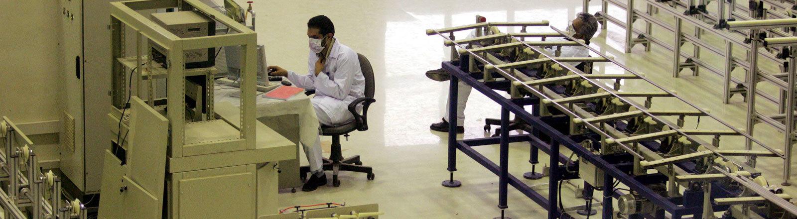 Arbeiter in der neuen Anlage zur Urananreicherung in Isfahan -