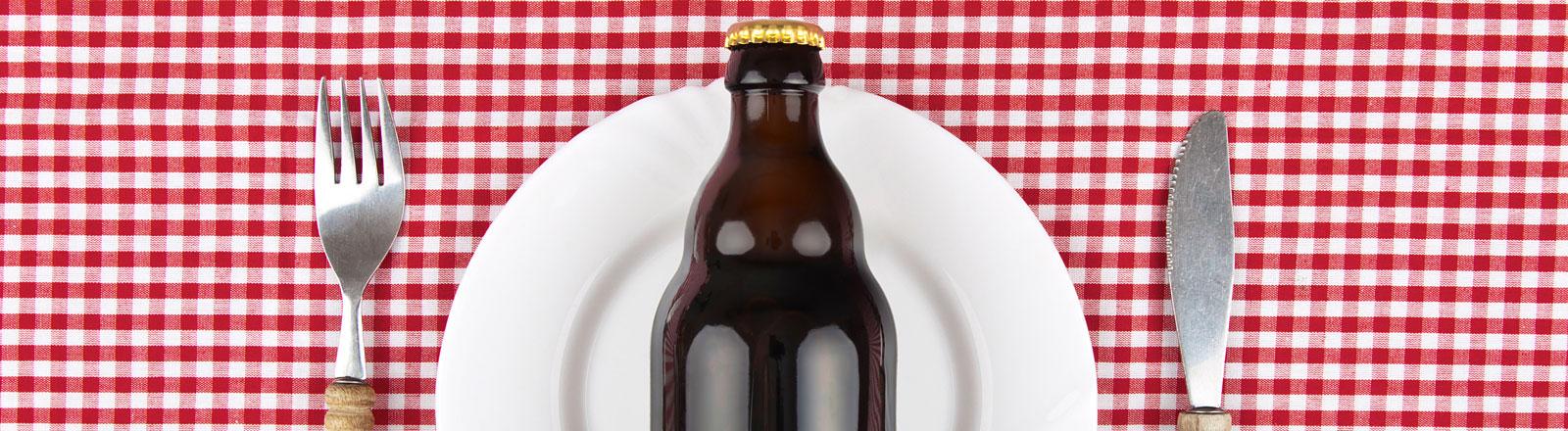 Bierflasche auf Teller