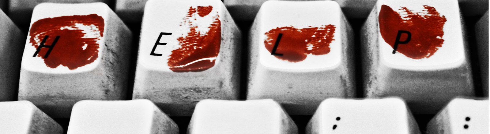 Tastatur mit Blutflecken auf den Tasten H, E, L und P