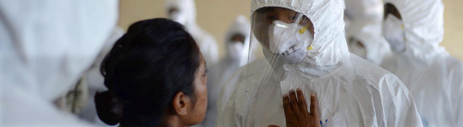 Eine Krankenschwester der Armee trainiert in Sierra Leone Menschen, die auf Ebolastationen arbeiten sollen.