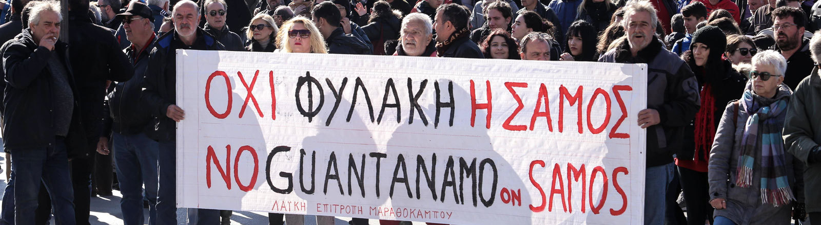 Am 22. Januar 2020 protestieren die Bewohner auf der griechischen Insel Samos gegen die Flüchtlingspolitik. Auf einem großen Plakat heißt es: No Guantanamo on Samos.