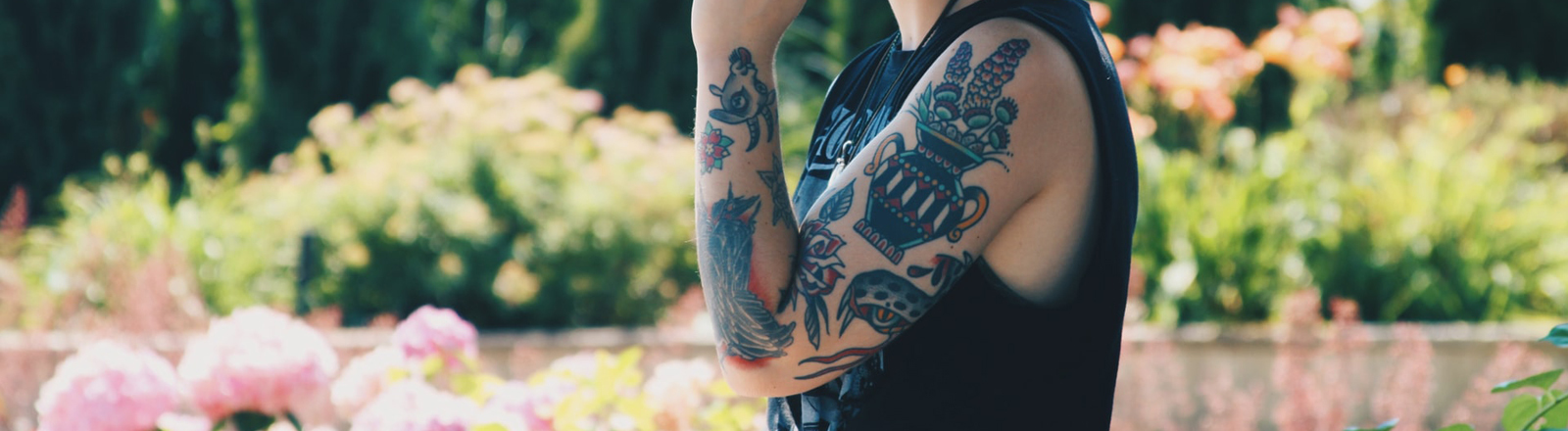 Arm mit bunten Tattoos