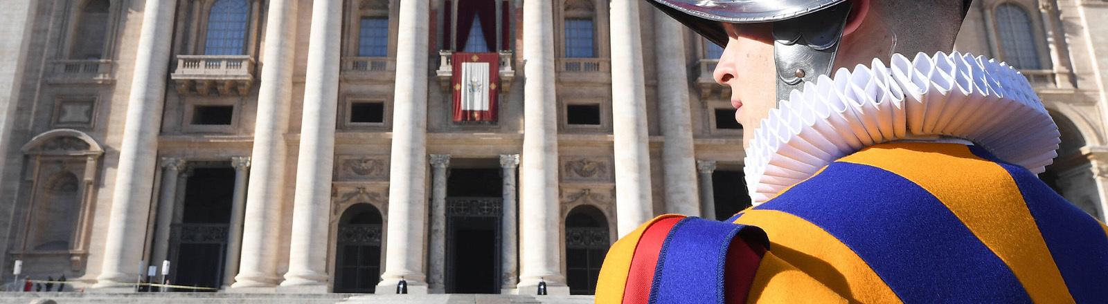 Der Haupteingang des Vatikans mit der päpstlichen Schweizer Garde
