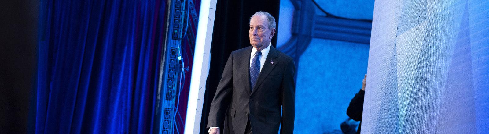 Michael Bloomberg tritt bei einem Wahlkampfevent auf die Bühne