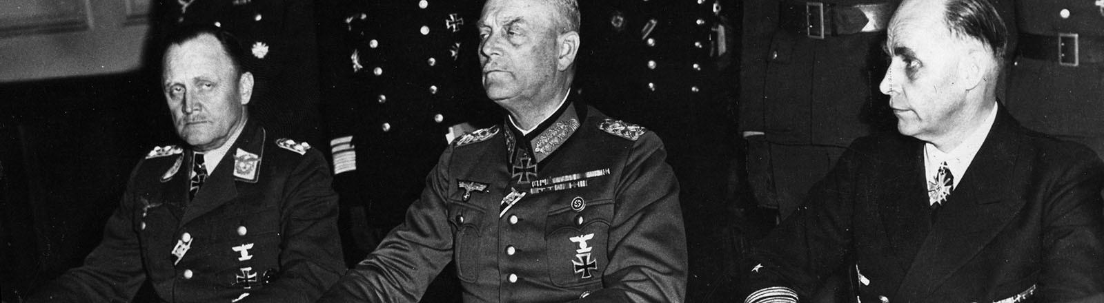 Am 8. Mai 1945 unterzeichnen die deutschen Wehrmachts-Offiziere Wilhelm Keitel, Hans-Jürgen Stumpff und Hans-Georg von Friedeburg in Berlin die Kapitulation (8. Mai 1945).