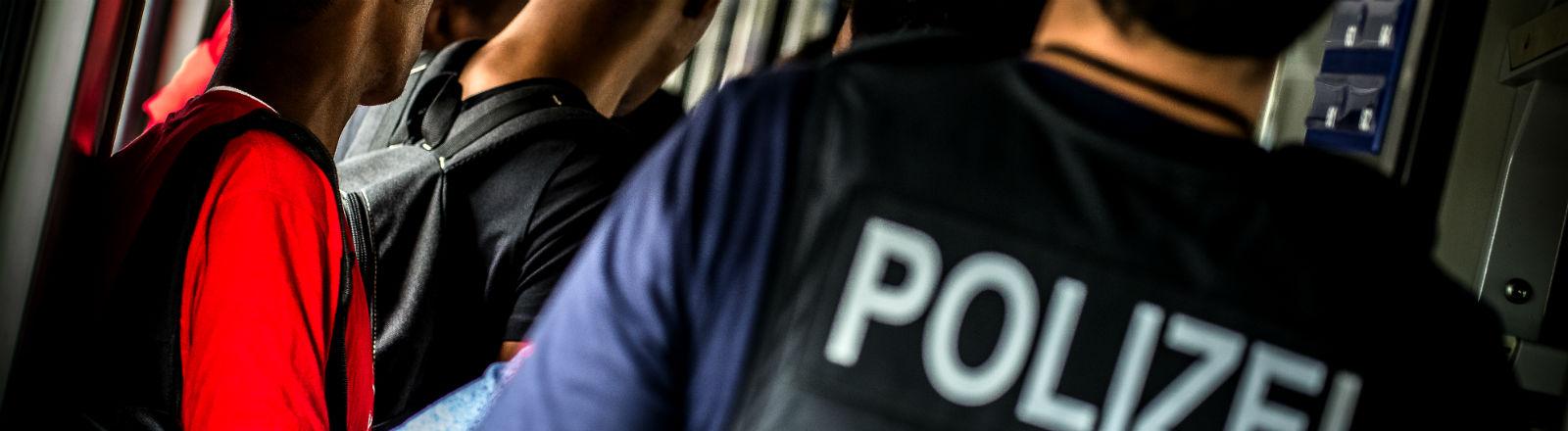 Bundespolizisten haben in einem EC in Rosenheim mehrere Flüchtlinge aufgespürt. Bild: dpa