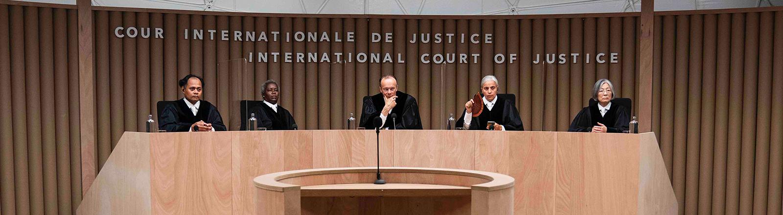 In dem Film Ökozid leiten fünf Richter und Richterinnen am Internationalen Gerichtshof die Klage gegen Deutschland.