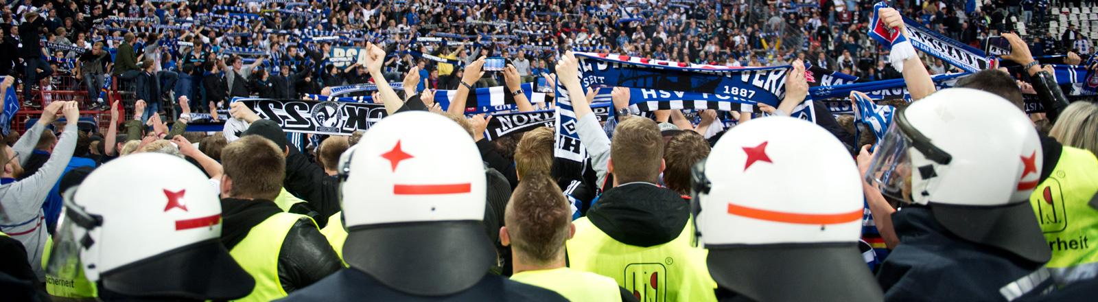 Fußball Bundesliga - Relegation, Rückspiel: Karlsruher SC - Hamburger SV am 01.06.2015 im Wildparkstadion in Karlsruhe.