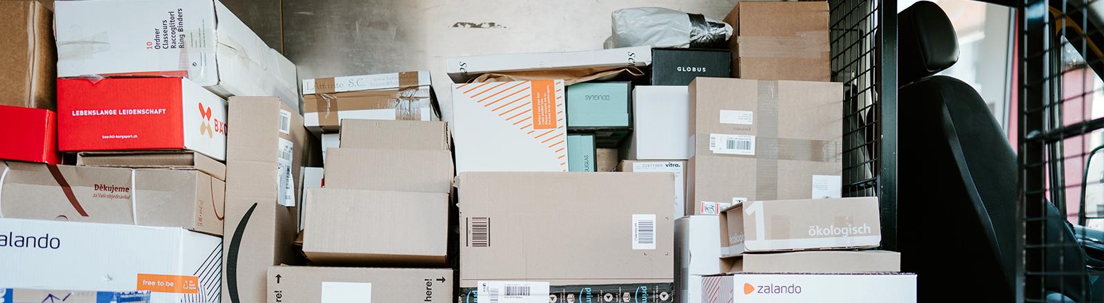 Viele Pakete in einem Lieferwagen