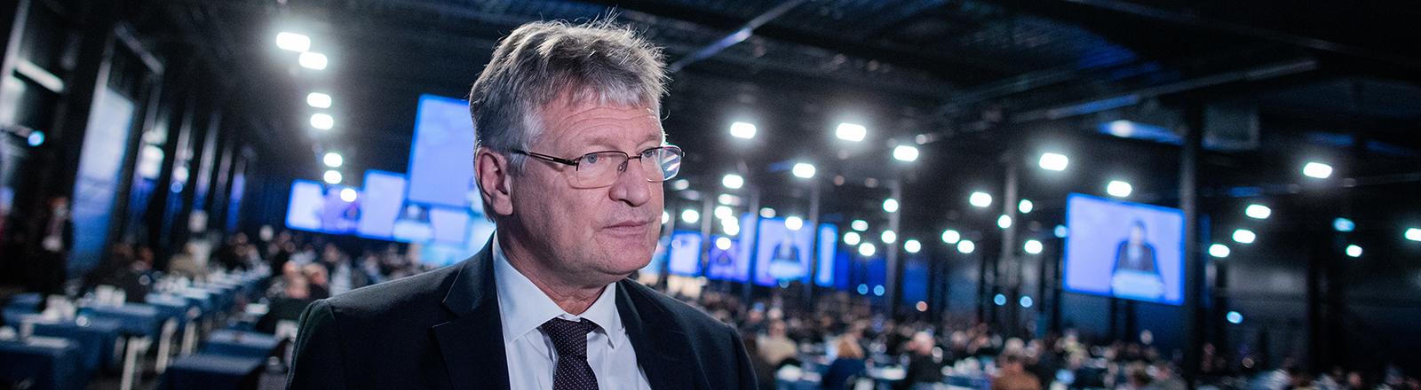 Während des Bundesparteitags der AfD in Kalkar gibt Bundessprecher Jörg Meuthen ein Interivew. Hinter ihm ist die Halle mit den Delegierten zu sehen und große Bildschirme (28.11.2020); Foto: dpa