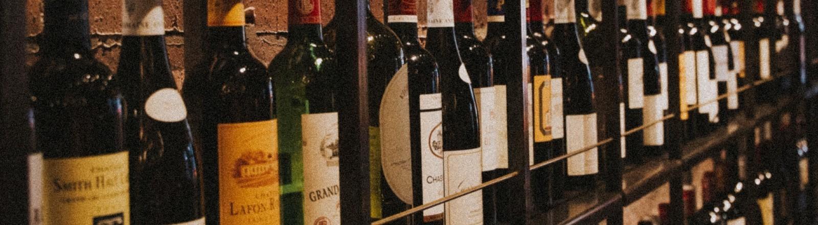 Weinflaschen stehen in einem Regal..