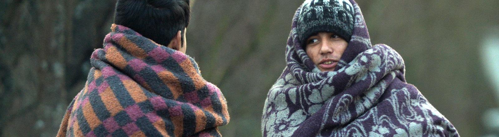 Das Bild ist von Dezember 2019 und zeigt zwei geflüchtete Jugendliche im Camp Vucjak in Bosnien-Herzegowina
