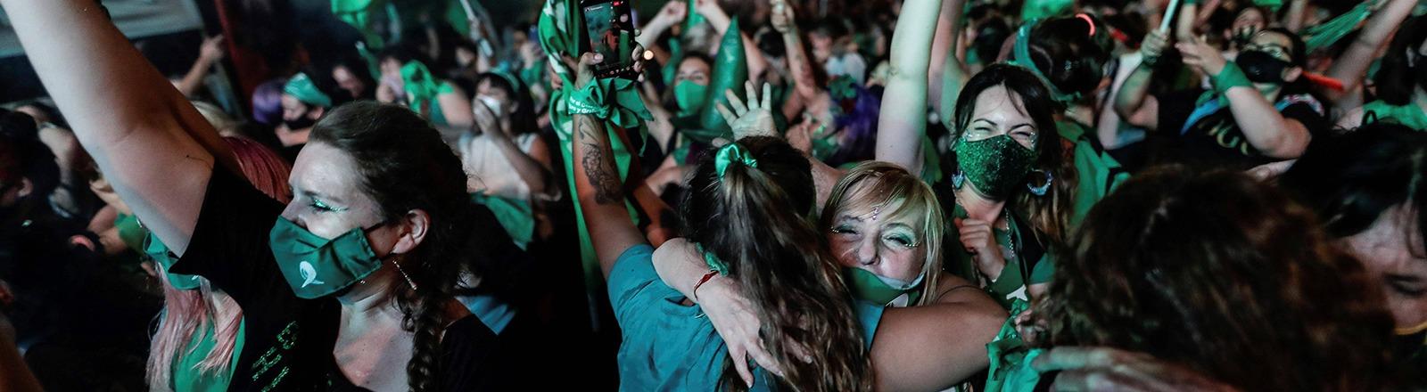 Frauen feiern die Entscheidung des argentinischen Senats auf der Straße